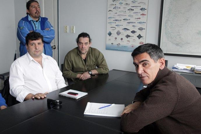 Miguel Bustamante y observadores reunidos en el INIDEP.