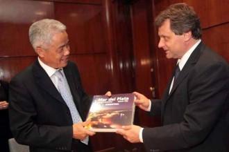 El Intendente marplatense Gustavo Pulti junto al embajador chino en la Argentina.