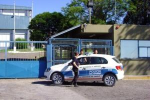 La planta de Alpesca continúa con consigna policial.