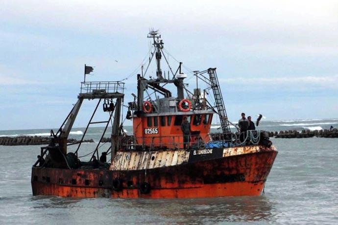 El Tehuelche aprovisiona a la pesquera de Rawson.