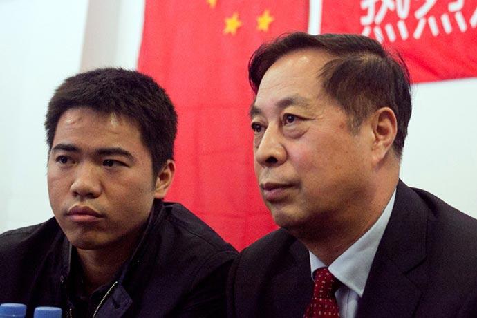 El mayor comprador de las capturas de juveniles en el puerto de Lavalle es el empresario Jaime Xu (IZQ) el traductor en Argentina del Ministro de Pesca chino.